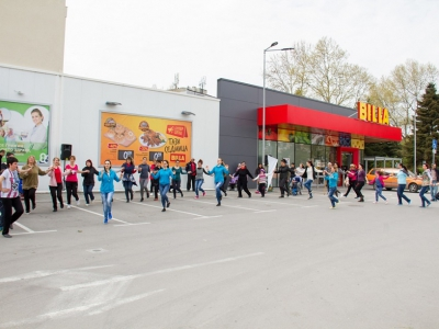 Thousands of Bulgarians took part in free folklore dance lessons in front of BILLA stores